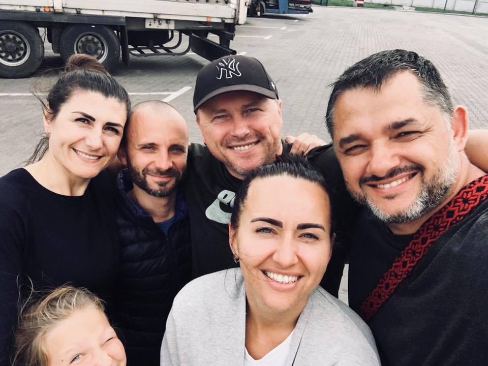 На данном изображении может находиться: 5 человек, люди улыбаются, борода, селфи, на улице и часть тела крупным планом