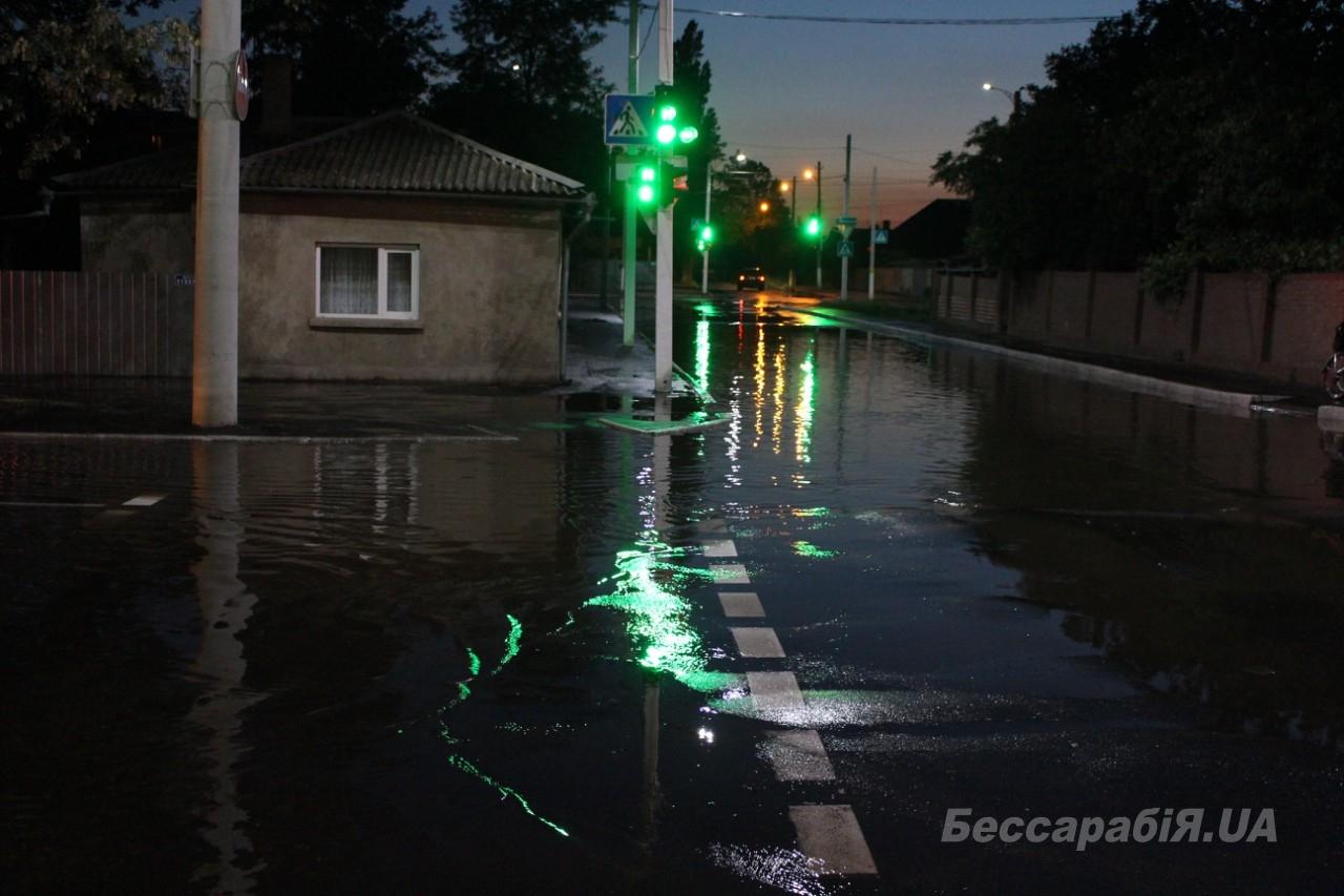 Море – в центре Измаила: прорыв водопровода привел к затоплению нескольких улиц (ФОТО)
