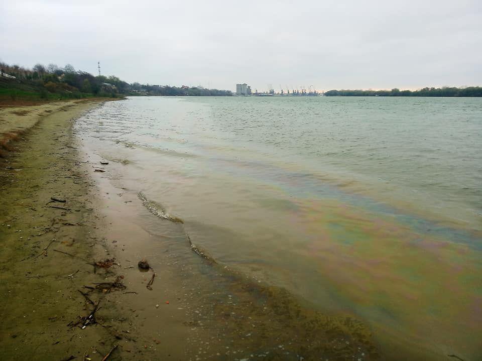 На измаильском участке Дуная в воскресенье выводили нефтяные пятна