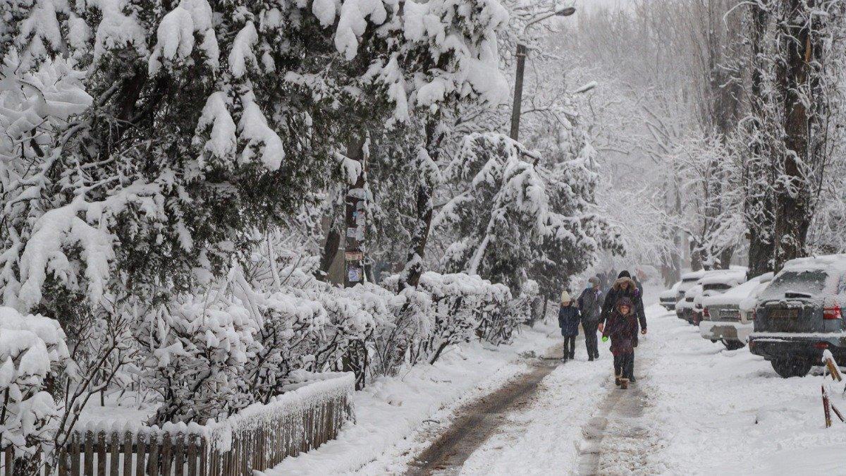 Снегопад в Украине: в ряде областей ввели транспортные ограничения